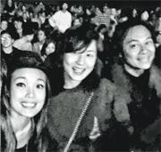 容祖兒(左)前日全程黐實蔡一智兩公婆,晚上就結伴睇John Legend香港演唱會。(微博圖片)