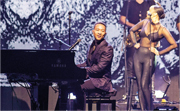 John Legend邊彈鋼琴邊唱歌,令觀眾如癡如醉。