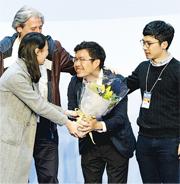 人稱「金教練」的區諾軒(右二),一直獲香港眾志周庭(左一)及羅冠聰(右一)等支持,經過個多月奮戰,他終於「入球」贏得議席。(鍾林枝攝)