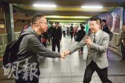 范國威(右)在本土派聲言杯葛下,仍然取得新界東選區的議席,再次晉身立法會,他昨在粉嶺謝票,不時得到支持者的鼓勵。(曾憲宗攝)