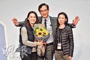 於建測界功能界別補選中以2929票勝出的謝偉銓(中),得以重返議會,家人昨日送上花束恭賀。(鄧宗弘攝)