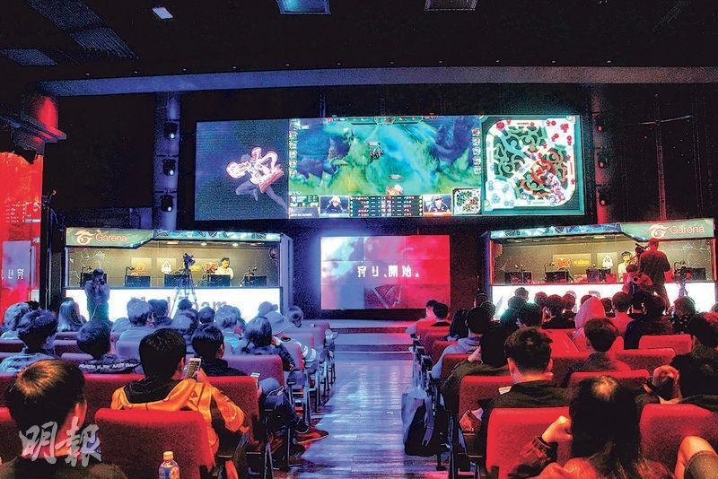 位於台北的Garena電競館內設有大銀幕,直播電競賽事畫面。舞台兩側設有對戰室,台下觀眾可以同步觀察選手的操作。(陳柔雅攝)