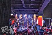 本月3日晚的賽事為G-Rex的主場日,場邊掛有多幅畫有選手模樣的直幡。G-Rex總教練Toyz(左)在賽事期間走在觀眾席附近,默默低頭記錄。(陳柔雅攝)