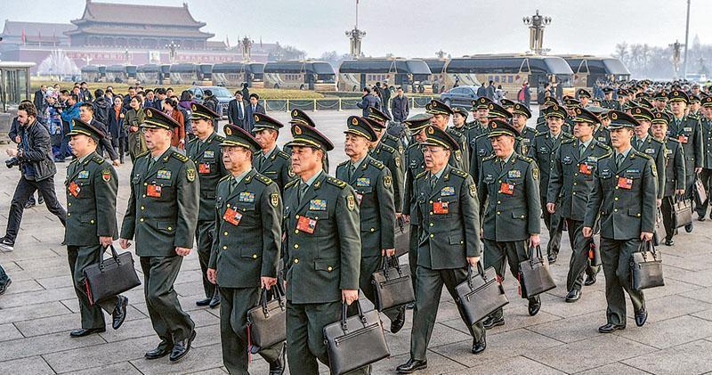 第十三屆全國人大解放軍和武警部隊代表團步入北京大會堂會場。(中新社)