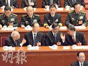 國務委員王勇(前排右一)做完機構改革報告回到座位後,全國政協副主席董建華(第一排左一)對他舉起大拇指「讚好」。(明報記者攝)