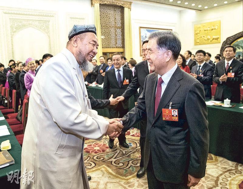 即將接任新一屆政協主席的汪洋(右)與新疆代表團人大代表握手。(新華社)
