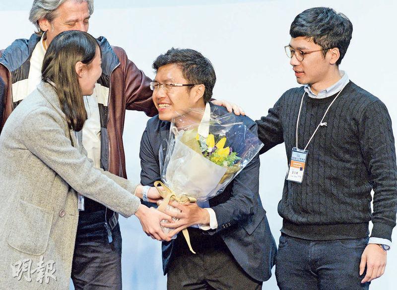 區諾軒(中)於港島區補選中以近萬票勝對手陳家珮。