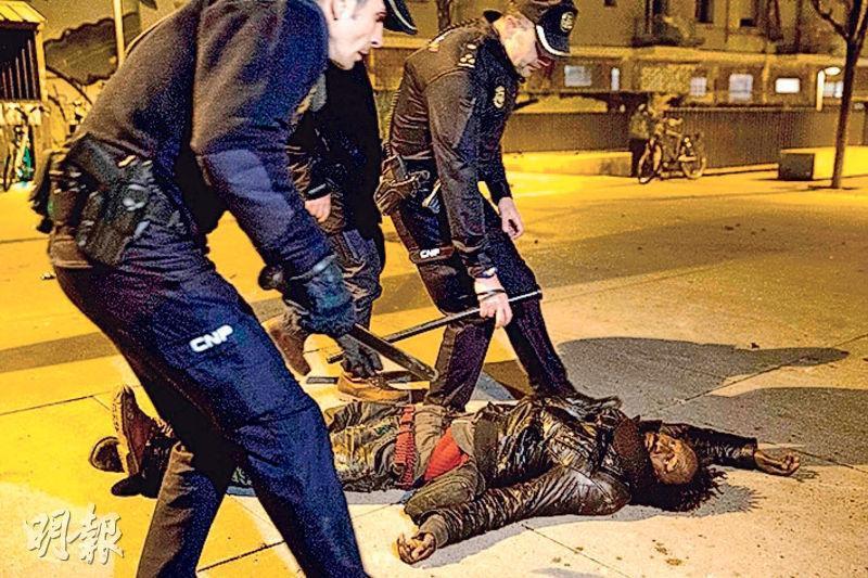 馬德里周四爆發示威,有人在與警方衝突期間倒地。(法新社)