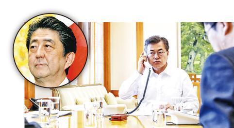韓總統文在寅(後)周五與日本首相安倍晉三(小圖)通電話,商談朝鮮半島問題。(網上圖片)