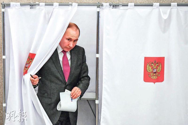 俄羅斯總統兼總統候選人普京昨在莫斯科的票站投票。(路透社)