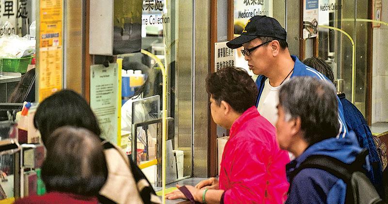 醫管局稱世界各地包括香港的藥物監管機構均沒回收有關藥物。據了解,局方信納專家小組的意見,認為Slow K的含鉛量對人體影響非常輕微,如安排回收即等同推翻專家小組的意見。圖為公立醫院取藥處。(蘇智鑫攝)