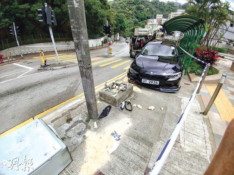 葵涌梨樹路昨發生私家車失控剷上行人路意外,一名抱着兩歲女兒的母親被撞至雙腳嚴重受傷送院治理;警方趕至封鎖現場調查及拘捕肇事司機帶署。