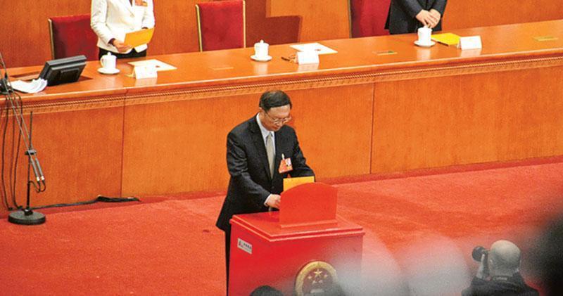在昨日的表決,前國務委員楊潔篪(圖)並沒如外界所料,當選副總理。在整個過程中,他都表現平靜。(明報記者攝)