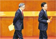 投票時,政治局委員胡春華(左)跟在重慶書記陳敏爾(右)的後面,顯得有些心事。(路透社)