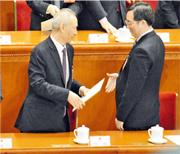 散會後,丁薛祥(右)主動握手,祝賀劉鶴當選副總理。(明報記者攝)