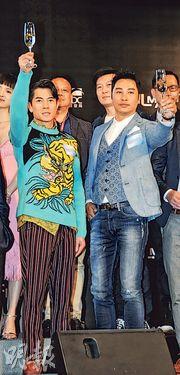 城城(左)與譚耀文(右)舉杯預祝新片票房大賣。(攝影/記者﹕林祖傑)