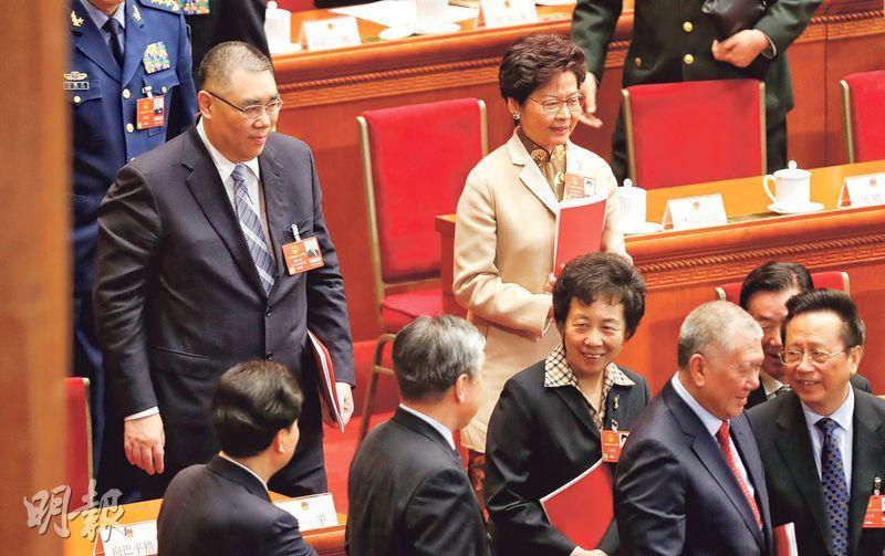 十三屆全國人大一次會議昨閉幕,澳門特首崔世安(後左)、香港特首林鄭月娥(後右)列席會議。(中新社)