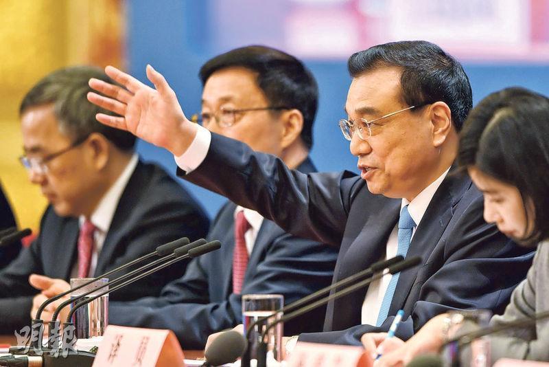 總理李克強(右二)昨在人民大會堂舉行記者會,他說中美應該避免貿易戰,切勿感情用事。(法新社)