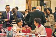 特首林鄭月娥(前右)昨晚出席民主黨黨慶,獲安排坐在主家席,其間與前黨主席劉慧卿祝酒交談。(曾憲宗攝)