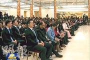 在總理記者會上,記者席每條通道的第一個座位,都由黑衣安保人員坐鎮,以防記者衝前提問。(電視畫面)