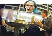 英國Channel 4節目稱,臥底記者與「劍橋分析」總裁尼克斯(前)、分析政治部總經理特恩布爾(後)會面時,兩人提議「美人計」等抹黑手段。(網上圖片)