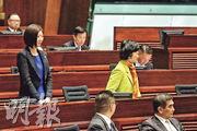 新民黨葉劉淑儀(黃衣)和容海恩(藍衣)昨在區諾軒宣誓時高叫「燒基本法可恥」口號,並抗議離場。區諾軒事後說,要一個最年輕的議員提醒年紀比他大的議員做事要成熟一點,「這是什麼一回事?」