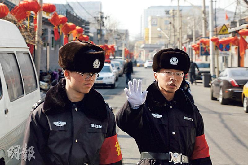 在機構改革方案中,邊防武警將退役加入公安行列。圖為本月初北京兩會前,公安在街頭巡邏。(路透社)