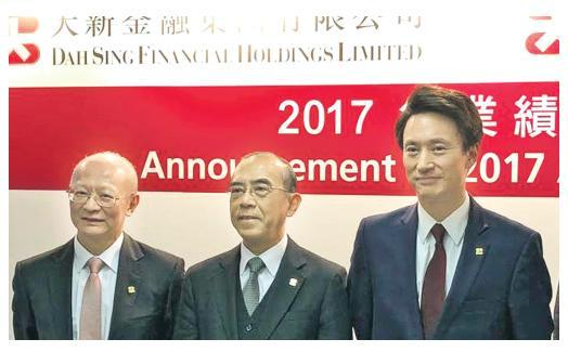大新金融執行董事王伯凌表示(左),如果重慶銀行股價回升,日後再進行減值機會便降低。圖中為董事總經理黃漢興,右為大新銀行董事總經理王祖興。