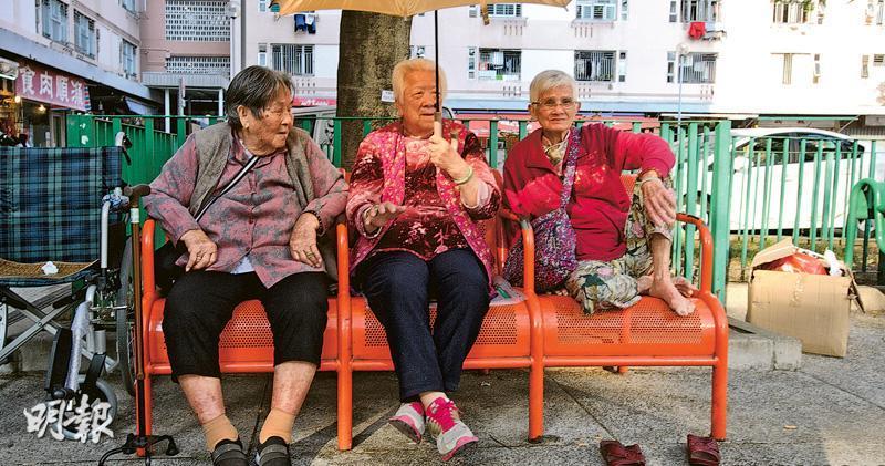 在政府昨日公布的共享計劃方案中,如屬已取綜援、高齡津貼、長者生活津貼或傷殘津貼「三糧」,但相關金額低於4000元者,可申領取回相關差額的金額,圖為漁灣邨長者休憩時情景。(楊柏賢攝)