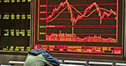受到中美貿易戰升溫打擊,亞洲股市昨天全線下挫,內地股市跌逾3%。圖為一名男士在北京一家券商的顯示熒幕前合上眼休息。(法新社)