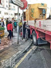 土瓜灣車禍中,涉事重型貨車疑轉彎時「過火位」,將路邊老婦夾困車身與路邊欄杆之間重傷昏迷。老婦由消防員鋸斷欄杆救出,送院命危。(區議員關浩洋提供)