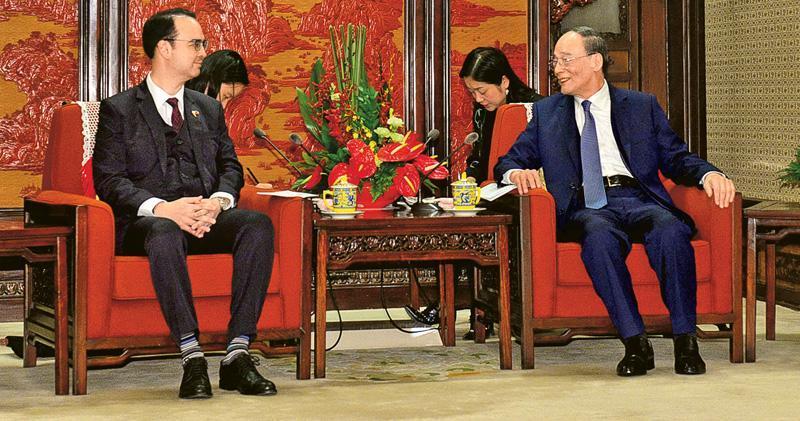 國家副主席王岐山(右)昨在中南海接見菲律賓外長卡耶塔諾(左),雙方同意推進兩國關係。(路透社)