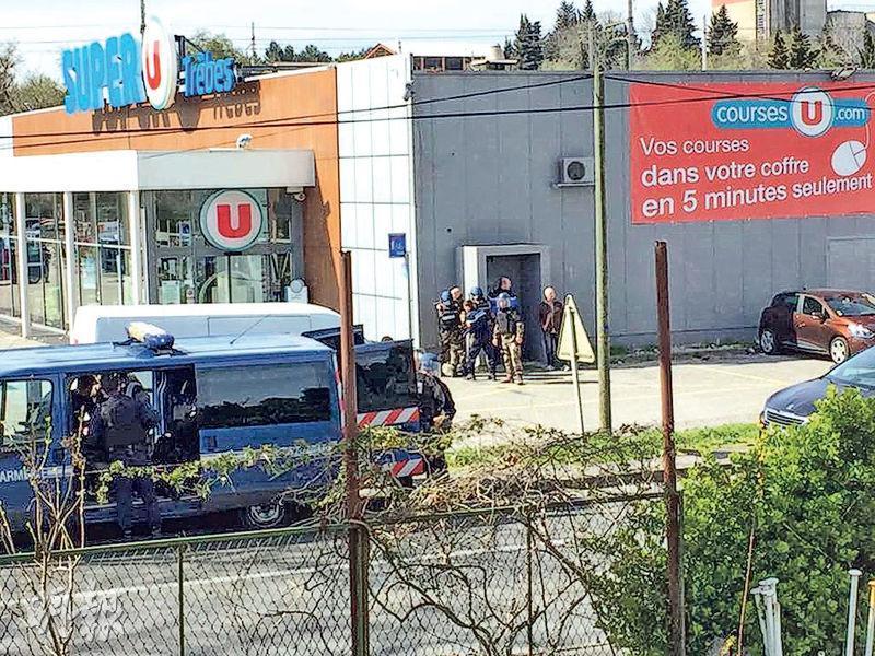 有「伊斯蘭國」支持者昨日發動連環襲擊,包括在圖中法國南部超市挾持人質,釀2死3傷,槍手最後被擊斃。(路透社)