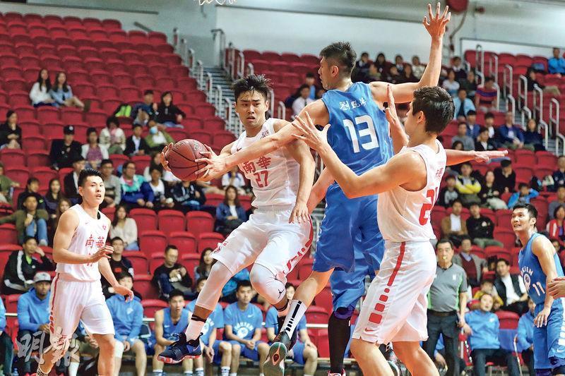 劍指銀牌4連霸的南華昨日旗開得勝,包括蔡再懃(27號)在內的五子得分上雙,最終以40分之差大炒福建晉級。(鄭嘉慧攝)