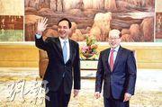 國台辦主任劉結一(右)在上海虹橋迎賓館會見了台灣新北市市長朱立倫(左)一行,雙方均談到九二共識。(中新社)