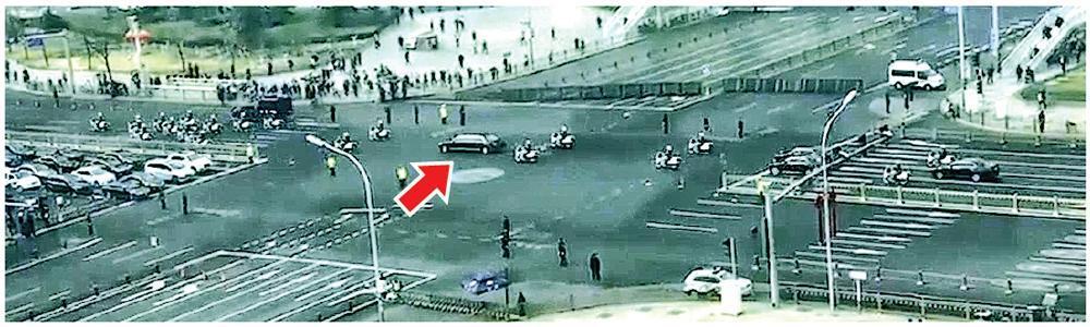短片顯示,朝鮮神秘官員的車隊(箭嘴示)經過長安街,迎賓護送規格被指屬於元首級。(網上圖片)