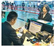 台灣非政府組織工作者李明哲的妻子李凈瑜(右),昨赴大陸探望被囚禁的丈夫。圖為她在桃園機場辦理登機手續。(網上圖片)