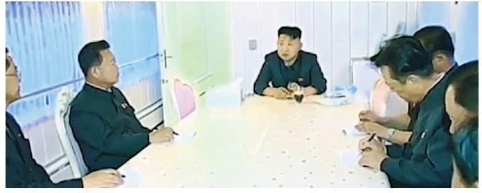 綠色專列內部裝修豪華及防彈。圖為朝鮮最高領導人金正恩(中)2015年在專列上與朝鮮官員開會。(網上圖片)