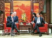 總理李克強(右)昨在中南海會見美國參議員戴恩斯(左)率領的議員訪華團。(中新社)