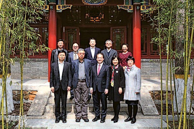 北大元培學院副院長鄂維南(前左一)、張旭東(後排中)26日一同會見耶魯大學同行,顯示並未辭職。(網上圖片)