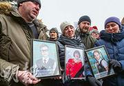 俄羅斯克麥羅沃昨有民眾手持周日商場大火死者遺照出席追思會,有民眾要求官員問責下台。(法新社)