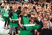 加州法院周三裁定咖啡產品要加致癌警告,星巴克為案件首被告。圖為上周三星巴克股東大會現場。(法新社)
