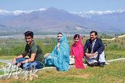 馬拉拉(右二)和父(右一)、母(左二)及其中一個弟弟(左一)在家鄉探訪一間只收男生的學校時留影。(法新社)