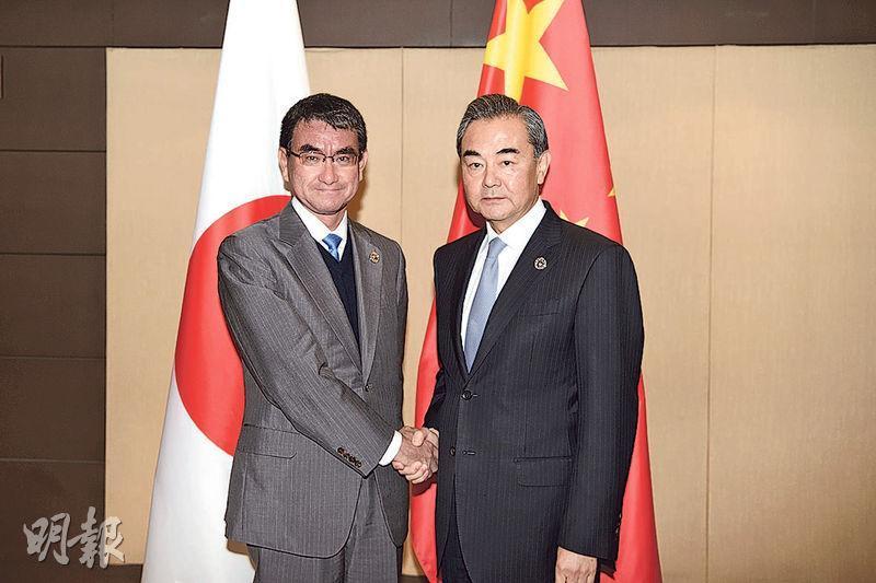 中日計劃重啟部長級「經濟高層對話」,預料中國外長王毅(右)及日本外相河野太郎(左)會出席。圖為二人去年合照。(新華社)