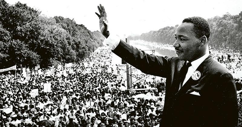 1963年8月28日,馬丁路德金(右)在華盛頓的林肯紀念堂前,向逾20萬集會群眾發表著名的〈我有一個夢〉演說。(資料圖片)