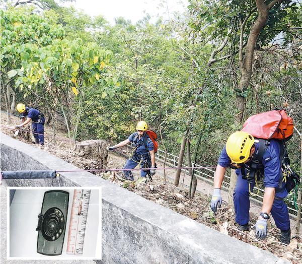 警方昨再到車禍現場搜索懷疑失蹤的行車攝錄器,一度出動重點及搜索隊人員游繩落山搜尋,未有發現。小圖為警員手持的一張行車攝錄器照片,相信為懷疑失蹤的同款行車攝錄器。