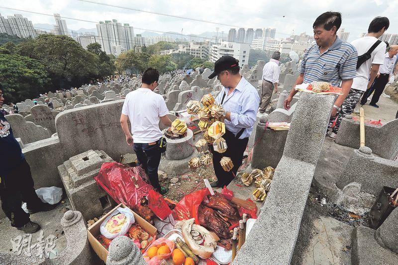 昨天是清明節,市民帶備祭品到墳場掃墓。昨未有「雨紛紛」,反而天晴炎熱,最高氣溫為27.8℃。(李紹昌攝)