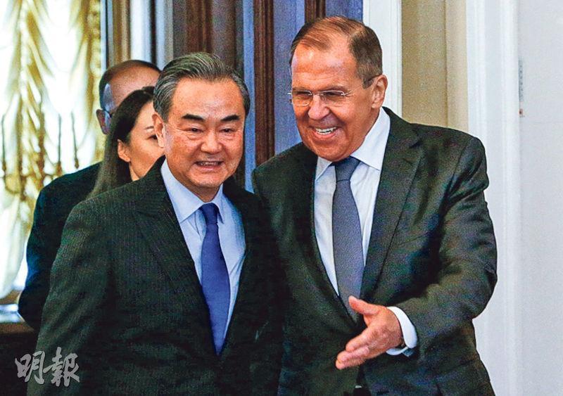 中國外交部長王毅(左)以國家主席習近平特使身分訪俄,昨與俄國外長拉夫羅夫(右)會談後共同見記者。(路透社)