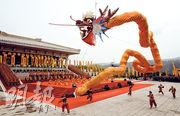 陝西昨舉行清明公祭軒轅黃帝典禮,當局安排身穿傳統服飾的舞者在台上祭祀。(新華社)