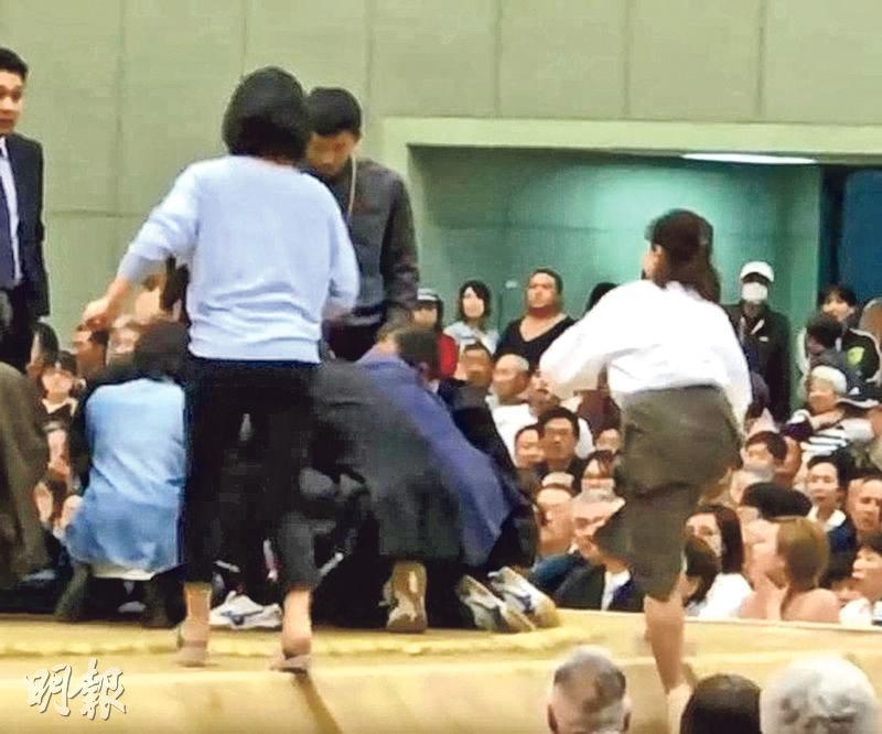 舞鶴市長周三在相撲場地「土俵」內昏倒,數名女性趕忙進場急救,卻遭廣播促離開。(網上圖片)
